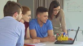 A equipe criativa trabalha no portátil