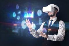 Equipe ?culos de prote??o vestindo de VR com cartas e relat?rios fotos de stock royalty free