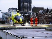 Equipe da ambulância de ar de Rotterdam em um telhado do hospital foto de stock royalty free