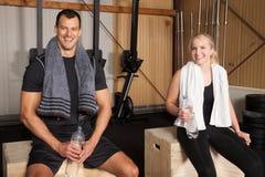 Equipe da aptidão - homem e mulher do crossfit com uma garrafa da água Fotografia de Stock Royalty Free