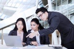 Equipe da atividade comercial que discute no escritório Imagens de Stock Royalty Free