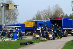 Equipe da brigada de THW que equipa caminhões Imagem de Stock Royalty Free