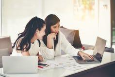 Equipe da consultoria empresarial, análise dos planos de negócios para pro fotografia de stock royalty free