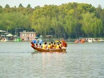 A equipe da empresa organizou uma raça de barco do dragão foto de stock royalty free