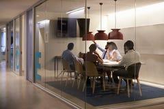 Equipe da empresa que usa a exposição do avoirdupois no compartimento da reunião Fotografia de Stock Royalty Free