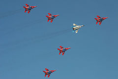 Equipe da exposição do avião de combate no airshow foto de stock royalty free