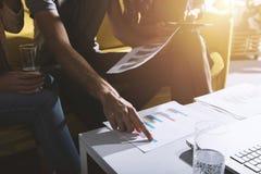 A equipe da pessoa do negócio trabalha junto em estatísticas da empresa Conceito dos trabalhos de equipa fotos de stock royalty free