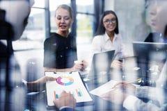 A equipe da pessoa do negócio trabalha junto em estatísticas da empresa Conceito dos trabalhos de equipa Exposição dobro imagem de stock royalty free