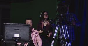 Equipe da produção que tem uma discussão filme