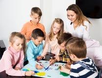 Equipe da tiragem elementar das crianças da idade Fotos de Stock Royalty Free