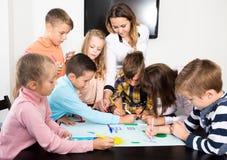 Equipe da tiragem elementar das crianças da idade Imagem de Stock Royalty Free