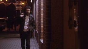 Equipe dar uma volta através da cidade da noite que passa através das janelas da loja video estoque