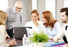 Equipe das vendas com computador Foto de Stock