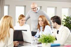 Equipe das vendas com computador Fotografia de Stock Royalty Free