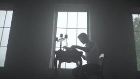 Equipe a datilografia em uma máquina de escrever no fundo da janela filme
