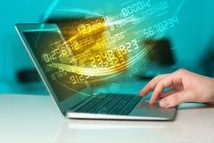 Equipe a datilografia no caderno moderno com vinda dos dados da tecnologia do número Fotografia de Stock