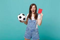 A equipe de apoio irritada gritando do fan de futebol da jovem mulher com bola de futebol, cartão vermelho, propõe o jogador apos fotos de stock royalty free
