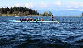 Equipe de barco do dragão na prática para a raça de Nanaimo em 2019 imagem de stock