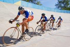Equipe de ciclagem que compete rapidamente no velodrome Imagens de Stock Royalty Free