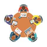 Equipe de cinco povos que senta-se e que trabalha junto Imagens de Stock Royalty Free