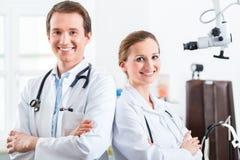 Equipe de doutores novos em uma clínica Imagens de Stock