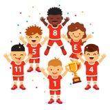 A equipe de esportes das crianças ganha um copo dourado Fotografia de Stock Royalty Free