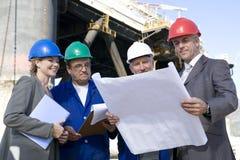 Equipe de exame da plataforma petrolífera Foto de Stock Royalty Free