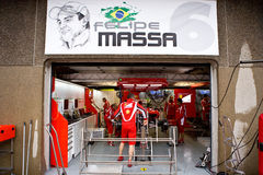 Equipe de Ferrari que prepara o carro de Felipe Massaâs Imagem de Stock Royalty Free