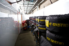 Equipe de Ferrari que prepara o carro de Felipe Massaâs Foto de Stock Royalty Free