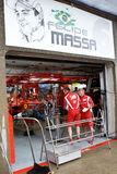 Equipe de Ferrari que prepara o carro de Felipe Massaâs Imagens de Stock