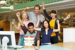 Equipe de funcionários de biblioteca feliz imagens de stock