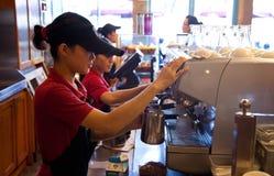 Equipe de funcionários do café que faz o cappuccino Imagens de Stock Royalty Free
