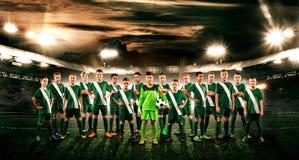 Equipe de futebol Crianças - campeões futuros Meninos no sportswear do futebol no estádio com bola Conceito do esporte Foto de Stock Royalty Free