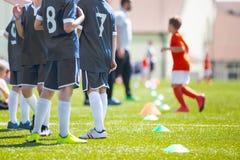 Equipe de futebol; Jogadores da reserva em um banco; Meninos com futebol Coac Foto de Stock Royalty Free