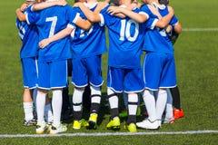 Equipe de futebol; Meninos com treinador de futebol Imagem de Stock Royalty Free
