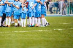 Equipe de futebol; Meninos com treinador de futebol Imagens de Stock Royalty Free
