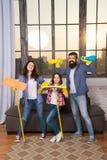 Equipe de Householding Preparação para a vida Casa limpa da família Produtos de limpeza felizes da posse da família Mãe, pai e imagem de stock royalty free