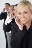 Equipe de mulher loura bonita em telefones de pilha fotografia de stock