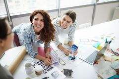 A equipe de mulheres criativa imagem de stock royalty free