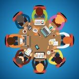 Equipe de oito povos que senta-se e que trabalha junto Fotografia de Stock