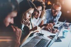 Equipe de projeto que trabalha junto na sala de reunião no escritório Conceituando o conceito do processo horizontal Fundo borrad fotografia de stock royalty free
