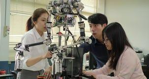Equipe de respostas de montagem e de teste do coordenador da robótica da robótica com laptop vídeos de arquivo