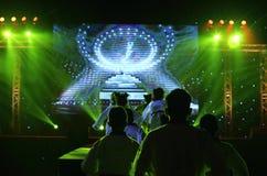 A equipe de Taekwando executa na fase do entretenimento para mostrar o trabalho da equipe imagens de stock
