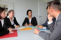 Equipe dedicada nova do negócio em uma reunião foto de stock
