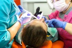 A equipe dental trata os dentes pacientes foto de stock royalty free