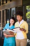 Equipe diversa dos cuidados médicos que trabalha junto Fotografia de Stock Royalty Free