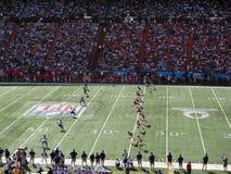 A equipe do AFC retrocede fora a bola à equipa de futebol de NFC Imagem de Stock Royalty Free