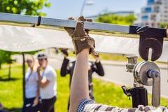 A equipe do aperto, membros claros do depurtment prepara o equipamento de iluminação antes de disparar fotografia de stock royalty free