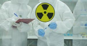 Equipe do cientista que trabalha em um laboratório de pesquisa de nível elevado seguro vídeos de arquivo
