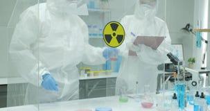 Equipe do cientista que trabalha em um laboratório de pesquisa de nível elevado seguro filme
